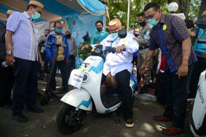 Gubernur Gorontalo Rusli Habibie saat mencoba kendaraan operasional motor listrik milik PT. PLN (Persero) wilayah Sulutenggo yang disiapkan 1×24 jam jika mengalami terjadi gangguan listrik di lapangan, Kamis (26/11/2020). Foto : Salman – Humas
