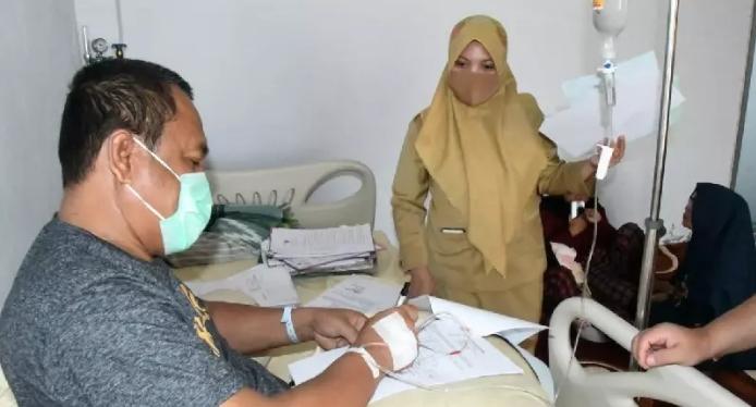 Sekda Gorut, Ridwan Yasin, meski dalam kondisi sakit dia masih menyempatkan untuk melayani stafnya dalam urusan daerah.