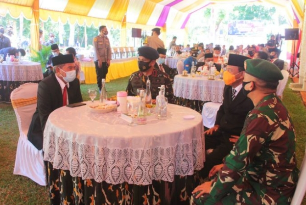 Sekretaris daerah Provinsi Gorontalo Darda Daraba duduk bersama Kapolda Gorontalo, perwakilan Danrem 133 NWB, Kajati dan tamu lainnya, usai mengikuti upacara peringatan Hari Ulang Tahun (HUT) Korps Brimob Polri ke-75 secara virtual, yang berlangsung di halaman Markas Brimob Gorontalo Kec. Tibawa Kabupaten Gorontalo, Sabtu (14/11/2020). (Foto – Nova)