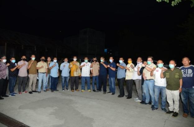 Gubernur Gorontalo Rusli Habibie (tengah, kemeja putih) foto bersama dengan pengurus dan anggota IOF Gorontalo, Sabtu (7/11/2020). Silaturahim anggota dan pengurus Pengda IOF diharapkan bisa mengakrabkan para pecinta otomotif di daerah. (Foto: Salman-Humas).