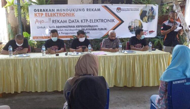 Suasana peresmian gerakan mendukung rekam Kartu Tanda Penduduk (KTP) eletronik, yang berlangsung di Kantor Desa Barakati, Kecamatan Batudaa, Senin (9/11/2020). (Foto: kab-gorontalo.kpu.go.id)