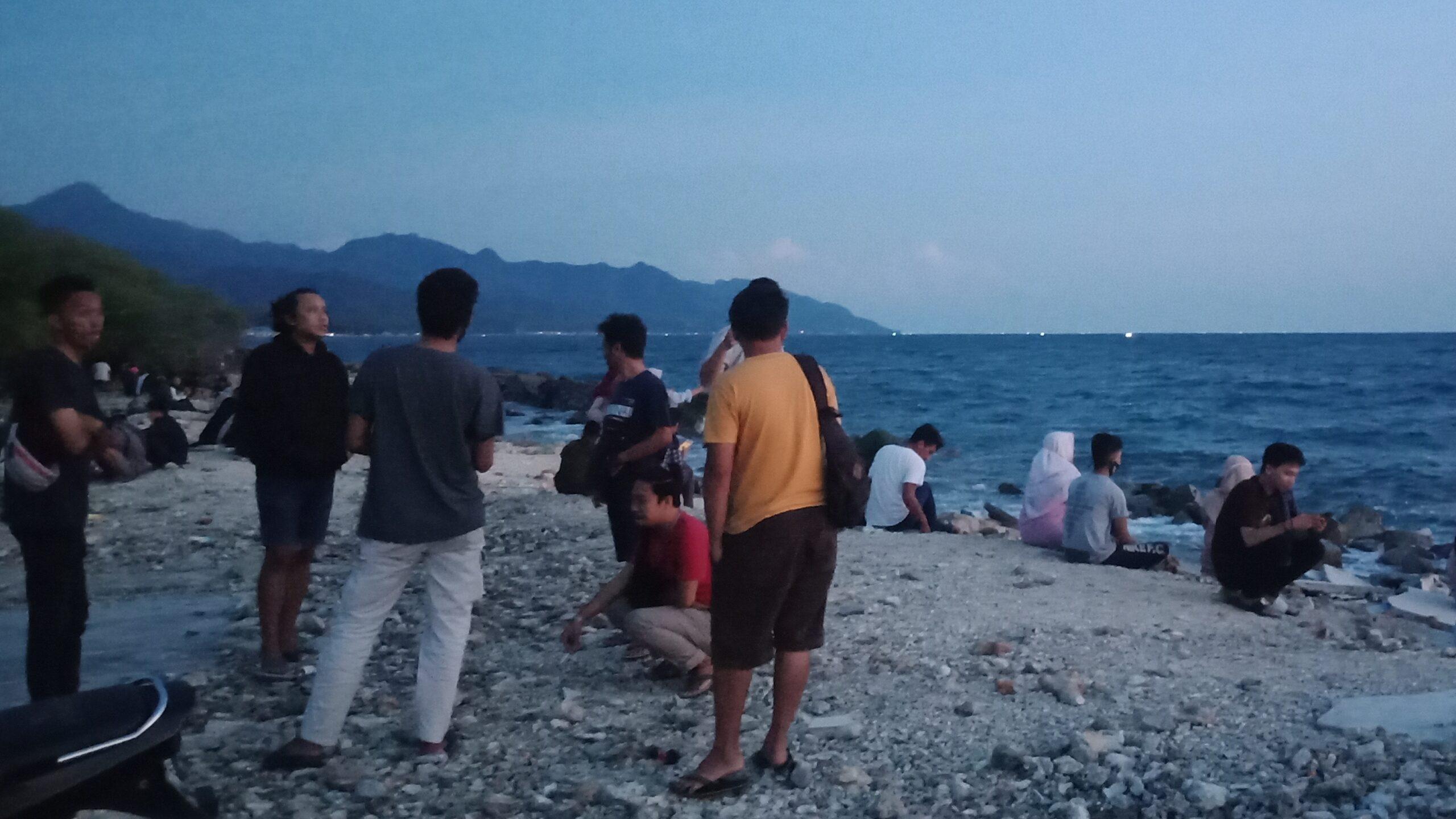 Pengunjung Pantai Kurenai, Kabupaten Bone Bolango tidak mematuhi protokol kesehatan saat berlibur di puncak Cuti bersama.