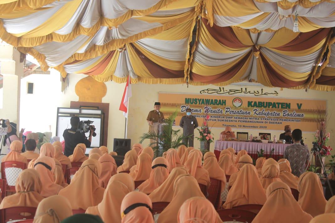 Plt Bupati Boalemo Ir. Anas Jusuf, saat memberikan sambutan pada Musyawarah Dharma Wanita Persatuan (DWP) Boalemo. Selasa, (10/11/2020).