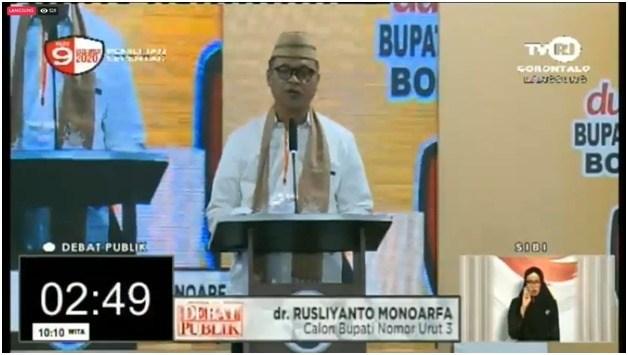 Calon Bupati, Rusliyanto Monoarfa saat memberikan pemaparan visi & misi pada debat publik Calon Bupati Kabupaten Bone Bolango. (Foto: Tangkapan layar siaran langsung Debat Publik Pilkada Bone Bolango 2020)