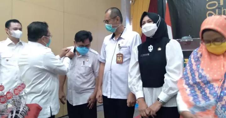 Wali Kota Gorontalo, Marten Taha mengenakan Pin penghargaan ke Sembilan ASN Pemkot Gorontalo yang berlangsung di Hotel Grand Q Kota Gorontalo, Rabu (11/11/2020).