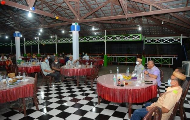 Gubernur Gorontalo Rusli Habibie (dua kanan) saat menggelar silaturahmi dengan pimpinan dan anggota DPRD, Senin (16/11/2020) bertempat di RM Meranti, Bone Bolango. Pertemuan ini sebagai upaya menjalin komunikasi dan harmonisasi antara eksekutif dan legislatif. (Foto: Salman-Humas).