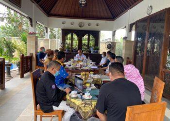 Suasana rapat terbatas yang dipimpin Gubernur Gorontalo Rusli Habibie bersama Satgas Penanganan Covid-19 Gorontalo, di kediaman pribadi gubernur, Minggu (29/11/2020). ( Foto : Masran)