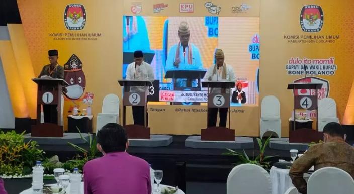 Debat Publik Cabup Bone Bolango hanya diikuti tiga kandidat setelah salah satu kandidat, Moh. Kilat Wartabone, tak hadir karena sakit, Rabu (11/11/2020).