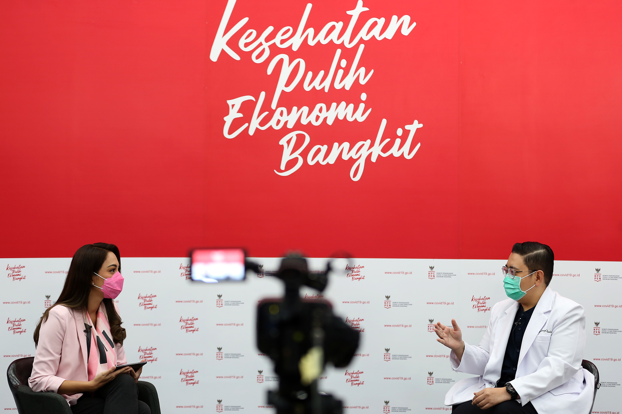 dr. Reisa Broto Asmoro, Juru bicara Covid 19 dan duta adaptasi kebiasaan baru bersama dr Dirga Sakti Rambe, Dokter spesialis penyakit dalam/ vaksinolog dalam diskusi bertema Jalan panjang vaksin sampai ke tubuh kita di Jakarta, Jumat, 20 November 2020.