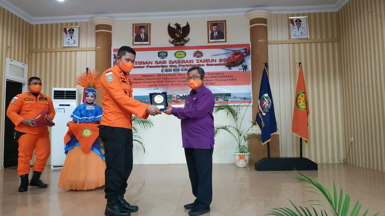 Bupati Gorontalo Utara, Indra Yasin menerima plakat dari Kepala Kantor Pencarian dan Pertolongan Gorontalo, sebagai tanda terima kasih telah menyambut kegiatan ini dengan baik, Kamis (26/11/2020).