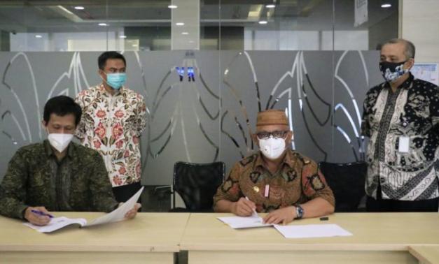 Gubernur Gorontalo Rusli Habibie (dua kanan) saat menandatangani surat penawaran pinjaman program Pemulihan Ekonomi Nasional (PEN) bersama perwakilan PT SMI Persero di Jakarta, Jumat (13/11/2020). Penandatanganan ini menandai disetujuinya pinjam PEN Gorontalo tahun 2020 senilai Rp33,4 miliar (Dzakir-BPPG).