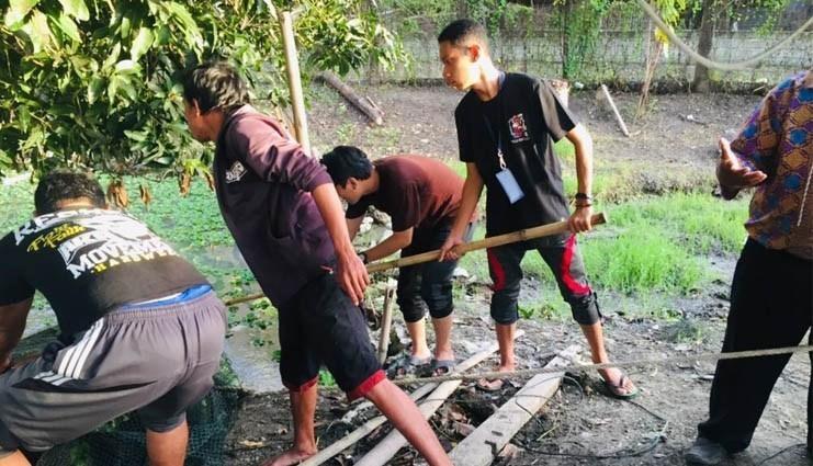 Iqbal Naim bersama teman-temannya, saat bergiat di Kecamatan Lekobalo, Kota Gorontalo. (Foto: Istimewa)