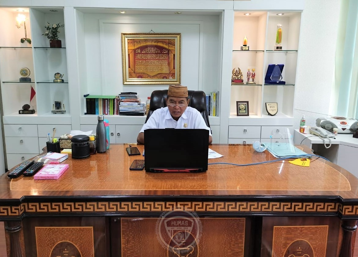 Sekretaris Daerah Provinsi Gorontalo Darda Daraba saat memberikan sambutan pada Workshop Katalog Elektronik (e-Katalog) Daerah Provinsi Gorontalo secara virtual di ruang kerjanya kompleks kantor gubernur, Rabu (25/11/2020). (Foto: Adit Ajudan).