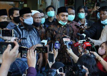 Kuasa hukum Muhammad Rizieq Shihab, Aziz Yanuar (tengah) saat memberi keterangan kepada media di Polda Metro Jaya, Jakarta, Selasa (1/12/2020). (Foto : Liputan6.com/Herman Zakharia)