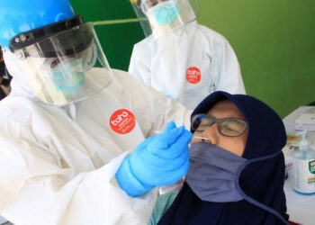 Petugas medis melakukan tes usap (swab test) COVID-19 kepada wartawan di Gor Delta Sidoarjo, Jawa Timur, Rabu (2/9/2020). Dinas Kesehatan Sidoarjo melakukan tes usab kepada sejumlah wartawan untuk pencegahan penyebaran virus corona atau COVID-19 di kalangan wartawan. ANTARA FOTO/Umarul Faruq/aww.