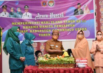 Bupati Gorut Indra Yasin saat menghadiri HUT Dharma Wanita Persatuan (DWP) ke-21 Tahun, di Gedung Titimenga Dinas Pendidikan Gorut. Selasa (15/12/2020)