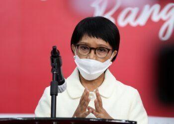 Menteri Luar Negeri Retno Marsudi memberikan keterangan pers kedatangan vaksin Covid-19 terutama mengenai diplomasi vaksin di Jakarta, Senin, 7 Desember 2020. Sebanyak 1,2 juta vaksin siap pakai tiba di Bandara Soekarno Hatta, Tangerang, Banten, Minggu 6 Desember 2020 malam dan kemudian dikirim ke PT Biofarma, Bandung.FOTO: Dok.KPCPEN