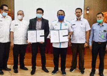 Sekda Gorut, Ridwan Yasin saat foto bersama dengan pihak BPJS Ketenagakerjaan usai penandatanganan MoU.
