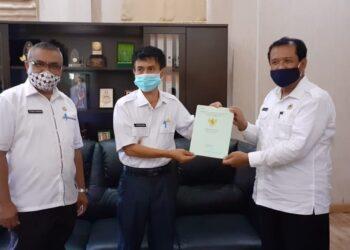 Wakil Bupati Gorontalo saat menerima secara simbolis 445 Sertifikat Tanah, yang diserahkan langsung oleh Kepala Badan Pertanahan Nasional (BPN) Abubakar Deu.