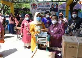 Bupati Gorontalo Utara, Indra Yasin saat menyerahkan bantuan kepada 55 pelaku usaha kecil, di Dinas Pemberdayaan dan Perlindungan Anak, Kamis (10/12/20).