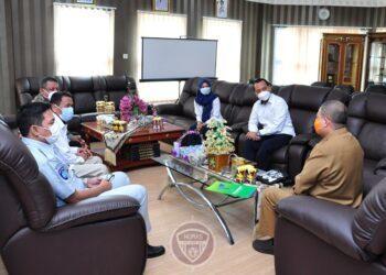 Wagub Gorontalo H. Idris Rahim (kanan) berbincang dengan Satgas Bencana BUMN Gorontalo di ruang kerja Wagub, Senin (21/12/2020). Satgas Bencana BUMN akan menggelar sosialisasi adaptasi kebiasaan baru dan pembagian masker. (Foto : Haris – Humas)