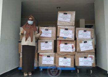 Plt Kadis Kesehatan Misranda Nalole usai menerima rapid antigen, Selasa (22/12/2020). BNPB mengalokasikan 10.000 rapid antigen untuk Provinsi Gorontalo. (Foto: istimewa).