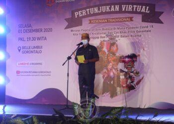 Sekretaris Daerah Provinsi Gorontalo Darda Daraba saat memberikan sambutan pada pertunjukan virtual kesenian tradisional, di Aula Belle li Mbui, Selasa (1/12/2020) malam. Kegiatan yang diselenggarakan Komite Penanganan Covid-19 dan Pemulihan Ekonomi Nasional (KPCPEN), Kemenkominfo RI bekerjasama dengan Dinas Kominfo Provinsi Provinsi Gorontalo itu bertajuk Gorontalo Tangguh Gorontalo Unggul. (Foto: Nova-Humas)