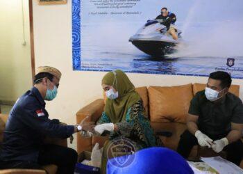 Plt Kepala Badan Penghubung Pemprov Gorontalo di Jakarta Alfin Gafar Usman (kiri) saat di rappid test, Rabu (2/12/2020). Dari 33 ASN yang menjalani rapid, lima diantaranya reaktif. (Foto: Dzakir-BPPG).