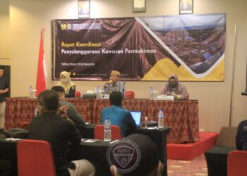 Sekretaris Daerah Provinsi Gorontalo Darda Daraba (upiah karanji) saat memberikan sambutan pada pembukaan rapat koordinasi penyelenggaraan kawasan permukiman di Provinsi Gorontalo, Kamis (3/12/2020) bertempat di Hotel Maqna. (Foto: Nova-Humas)