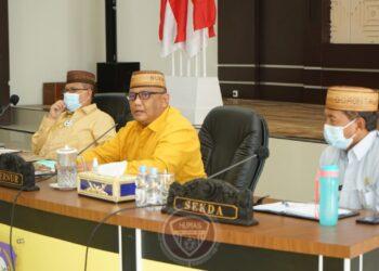 Gubernur Gorontalo Rusli Habibie didampingi Wagub Idris Rahim dan Sekretaris daerah Darda Daraba saat memimpin rapat pimpinan OPD di Aula Rujab Gubernur, Kamis (10/12/2020). Foto – Fadly