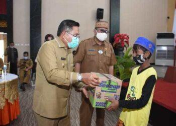 Walikota Gorontalo Marten Taha menyerahkan bantuan, Selasa (15/12/2020).