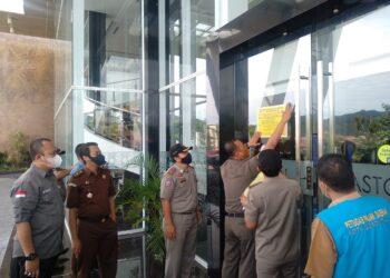 Hotel Aston Gorontalo disegel Pemerintah Kota Gorontalo yang didampingi Kejaksaan Negeri (Kejari) Kota Gorontalo