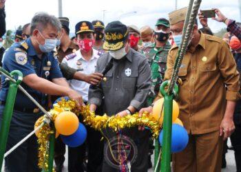 Wagub Gorontalo H. Idris Rahim (tengah) menggunting pita yang menandai diresmikannya pelayaran perdana tol laut KM Sabuk Nusantara 113 di Pelabuhan Tilamuta, Kabupaten Boalemo, Selasa (1/12/2020). (Foto : Haris – Humas)