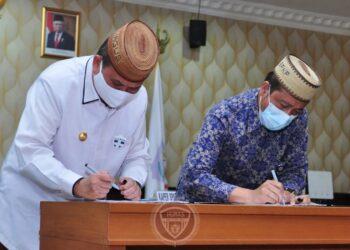 Wagub Gorontalo H. Idris Rahim (kiri), bersama Kepala Perwakilan BPKP Provinsi Gorontalo menandatangani Perjanjian Kerja Sama pengawasan penyelenggaraan pemerintah daerah di Ruangan Huyula Gubernuran Gorontalo, Rabu (2/12/2020). (Foto : Haris – Humas)