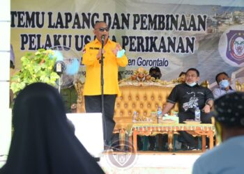Gubernur Gorontalo Rusli Habibie memberikan sambutan saat kegiatan temu lapang dan pembinaan pelaku usaha perikanan di Desa Bilato Kecamatan Bilato Kabupaten Gorontalo, Kamis (3/12/2020). (Foto : Salman-Humas)