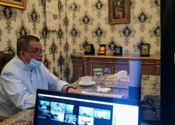 Wakil Gubernur Gorontalo Idris Rahim saat mempin rapat Forkopimda dengan Pelaksana pilkada melalui sambungan video conference, Kamis (3/12/2020). Wagub Idris mengingatkan tentang percepatan perekaman KTP-el bagi wajib pilih yang belum terekam. (Foto: Isam-Humas).