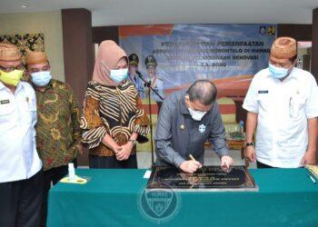 Wagub Gorontalo H. Idris Rahim (kedua kanan) menandatangani prasasti peresmian pemanfaatan asrama mahasiswa Gorontalo di Manado, Sulawesi Utara, Rabu (16/12/2020). (Foto : Haris – Humas)