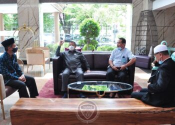 Wagub Gorontalo H. Idris Rahim (kedua kiri) berbincang dengan Kepala Balai Diklat Kemenag Manado di Hotel Aston Manado, Sulawesi Utara, Rabu (16/12/2020). (Foto : Haris – Humas)