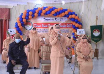 Ketua DWP Provinsi Gorontalo deysie Darda Tampi (tengah) berkesempatan menyapa penasehat DWP, ketua dan anggota DWP unit OPD Provinsi Gorontalo yang mengikuti upacara puncak peringatan Hari Ulang Tahun (HUT) Dharma Wanita Persatuan (DWP) ke-21 tingkat Provinsi Gorontalo, secara virual, Selasa (8/12/2020). (Foto: Nova-Humas)