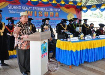 Wagub Gorontalo H. Idris Rahim memberikan sambutan pada wisuda Diploma III, Sarjana, dan Pasca Sarjana di Kampus UBM, Kab. Bone Bolango, Sabtu (19/12/2020). (Foto : Haris – Humas)