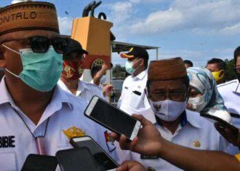 Bupati Gorontalo Utara, Indra Yasin (kanan) bersama dengan Gubernur Gorontalo, Rusli Habibie Sedang Diwawancara Awak Media, di Pelabuhan Kwandang, Kabupaten Gorontalo Utara, Rabu (02/12/2020).