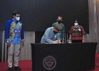 Wagub Gorontalo H. Idris Rahim (kedua kiri) menandatangani Perjanjian Kerja Sama antara Pemprov Gorontalo dengan BPJS Kesehatan tentang kepesertaan Program JKN KIS di Hotel Aston, Kota Gorontalo, Selasa (22/12/2020). (Foto : Haris – Humas)