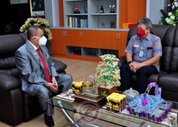 Wagub Gorontalo H. Idris Rahim (kiri), berbincang dengan anggota Ombudsman RI, Alvin Lie, di ruang kerja Wagub, Rabu (23/12/2020). (Foto : Haris – Humas)