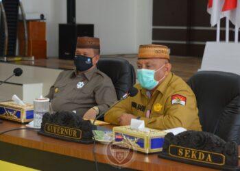 Gubernur Gorontalo Rusli Habibie memimpin rapat bersama Forkopimda terkait Kesiapan Pengamanan dan Penegakan Protokol Kesehatan Jelang Pelaksanaan Tahun Baru 2021, di aula rumah dinas gubernur, Senin (28/12/2020). (Foto : Salman)