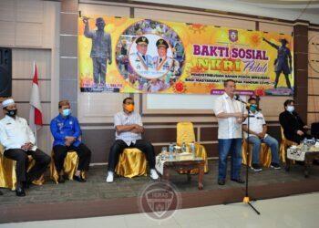 Wagub Gorontalo H. Idris Rahim (berdiri), memberikan sambutan pada Bakti Sosial NKRI Peduli dalam rangka pendistribusian bantuan pangan bersubsidi kepada pekerja di sektor pariwisata di aula rumah jabatan Wagub Gorontalo, Kamis (31/12/2020). (Foto : Haris – Humas)