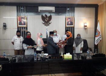 Bupati Gorut Indra Yasin, saat memberikan penghargaan Satyalencana kepada 253 ASN, di Aula Tinepo Kantor Bupati Gorontalo Utara, Rabu (16/12/2020) (Foto : Sudin Lamadju/prosesnews.id)