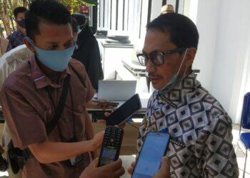 Bupati Gorontalo Neslon Pomalingo saat diwawancari di Gedung Kamsat Lahay Limboto Kabupaten Gorontalo, Jumat (11/12/2020)