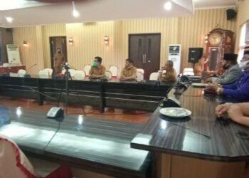 Bupati Gorontalo Utara, Indra Yasin, saat melakukan Video Conference dengan Gubernur Gorontalo membahas peringatan HUT Ke 20 tahun. Senin (07/12/20) di Aula Tinepo Kantor Bupati Gorut. (Foto : Sudin Lamadju/prosesnews.id)