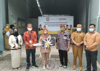 Pembina Yayasan Ummu Syahidah, Idah Syahidah (tiga kiri) menerima mobil hibah CSR Bank Sulutgo di kantor IWPL Ummu Syahidah, Senin (21/12/2020). Mobil innova terbaru diserahkan ke Dinas Sosial sebagai bentuk tanggungjawab sosial Bank Sulutgo. (Foto: Isam-Humas).