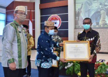 Bupati Pohuwato Syarif Mbuinga, saat menerima Pengharagaan dari Kemenkuham, sebagai Kabupaten Peduli HAM tahun 2019